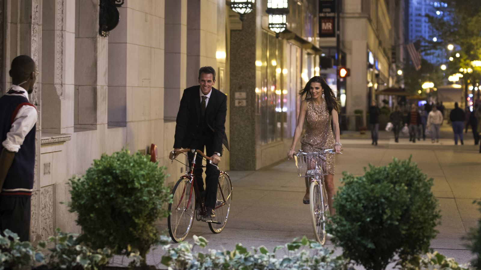 Chicago Athletic Association Lifestyle_Exterior_Couple_Bicycles_3_Thomas Shelby
