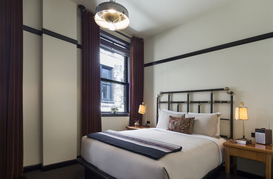 Chicago Athletic Association_Guest Room_Classic Queen_Thomas Shelby