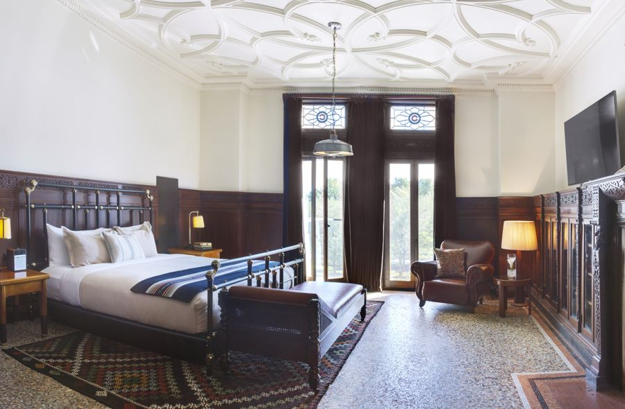 Chicago Athletic Association_Guest Room_Founder' Suite_327_Bed View