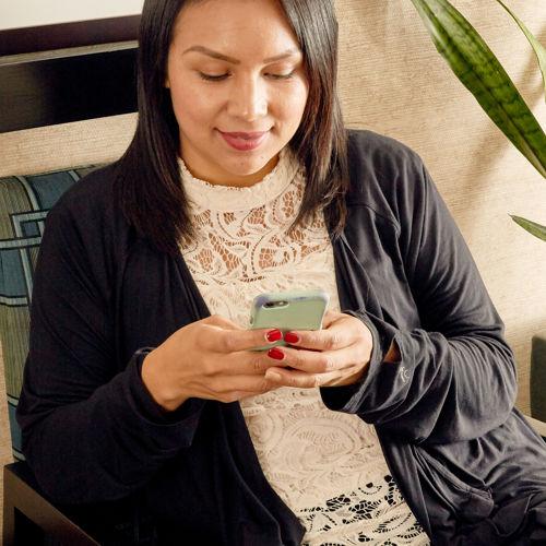 Hotel Avante_Lifestyle_Checking_Phone